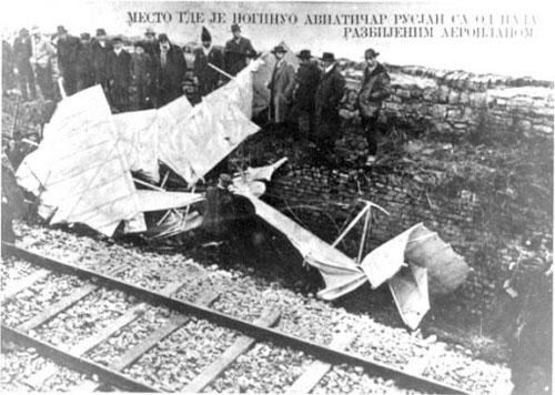 Razbitine letala po padcu na železniški nasip pod Kalamegdanom