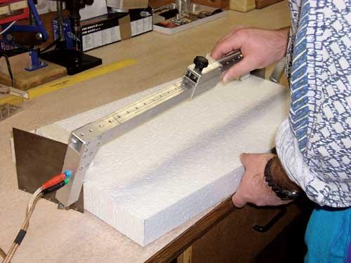 Najprej odrežete bloke stiropora za krilo, trup in stabilizatorje.