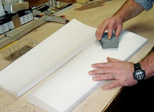 Rezanje poševne stranice v korenu krilnih polovic, ki določa V-lom krila.