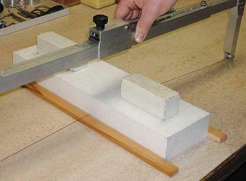 Rezanje stiropora na debelino 1 cm.