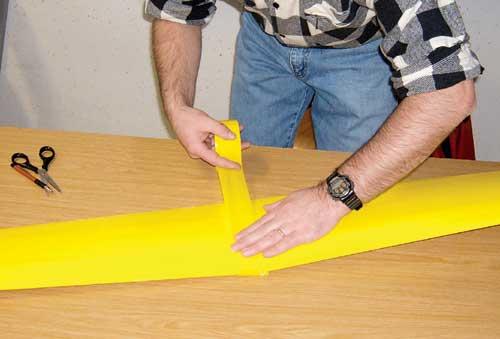 Krilo spojimo pod pravim V-lomom šele, ko sta obe polovici krila prekriti.