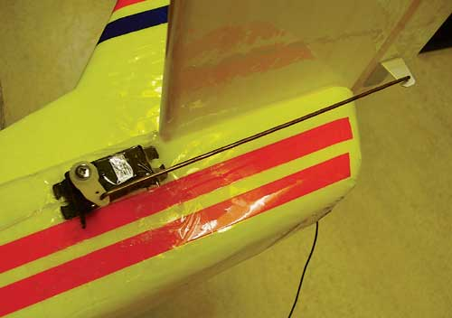 Montaža servomotorja za višino, utrdimo ga kar z lepilnim trakom.