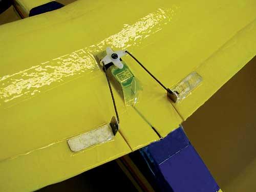 Servomotor za nagib lahko montirate tudi na zgornjo stran krila.