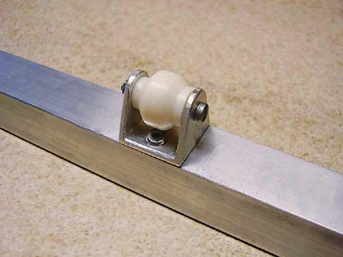 Kolo na sredini loka omogoča neomejeno drsenje loka po površini.