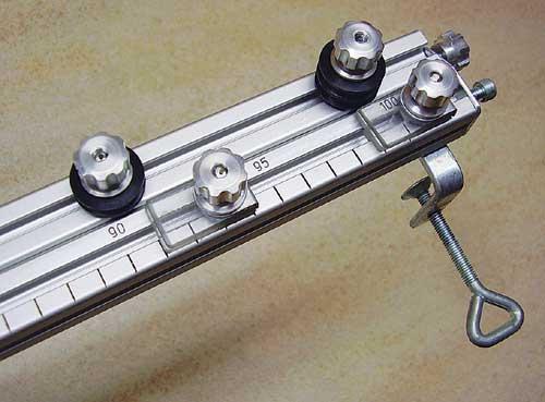 Škripca in sponke za žico preprosto gibljemo vzdolž priprave s popustitvijo gumbne matice.