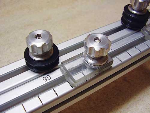 Sponke za pritrditev napajalne žice izdelamo iz dveh kosov pleksi stekla.