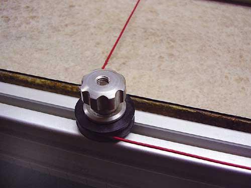 Škripec se mora prosto vrteti, da omogoča neomejeno gibanje napajalne žice.