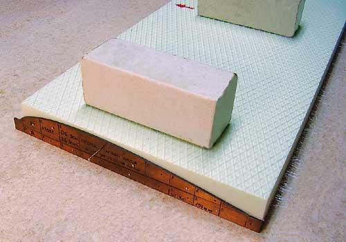 Ko je spodnja kontura odrezana, pritrdimo še zgornji del šablon.