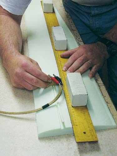Izdelava utora za nosilno letvico. Pripravo vlečemo ob lesenem ravnilu, ki zagotavlja ravno pot.